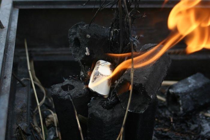 着火した着火剤と炭