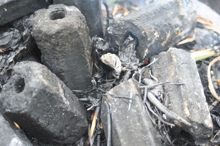 鎮火した着火剤と炭