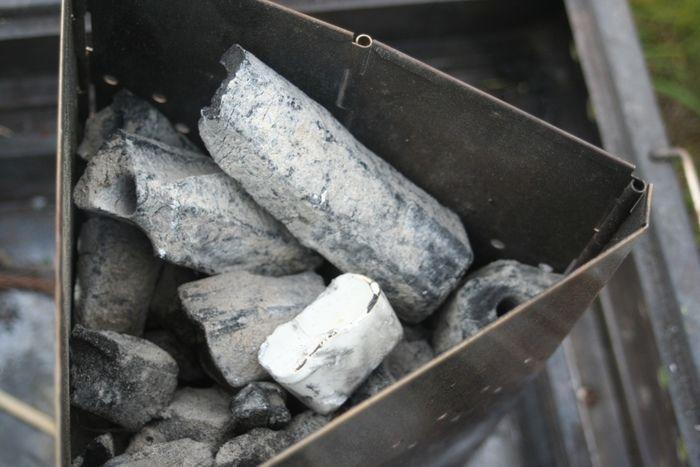 火が消えたチャコスタ内の炭