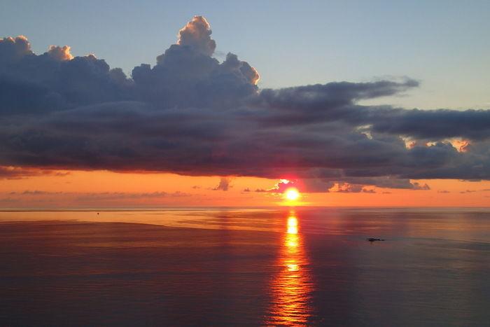水平線に沈んでいく太陽