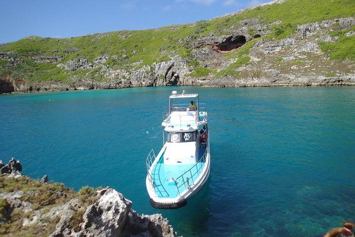 ボートとエメラルドグリーンのサメ池