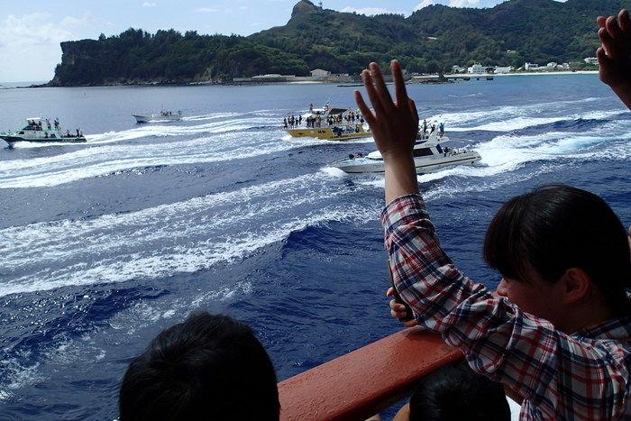 手を振っている島の人々