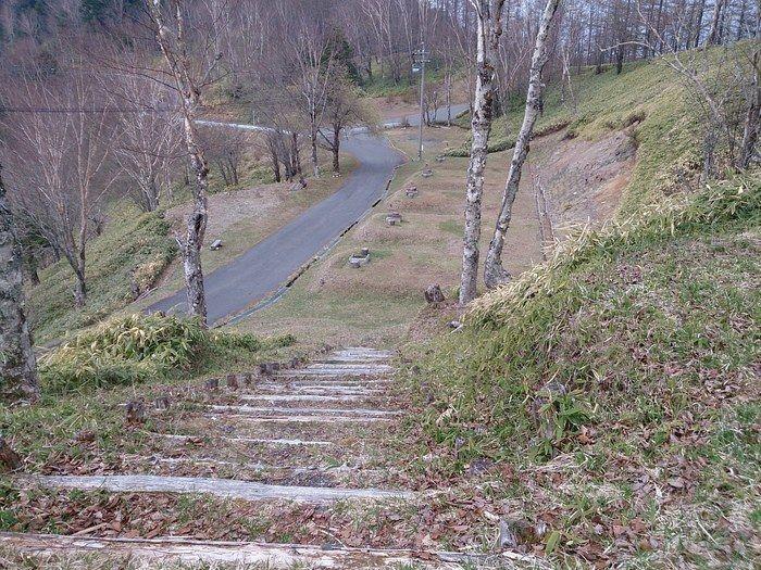 階段を降りた先のキャンプサイト