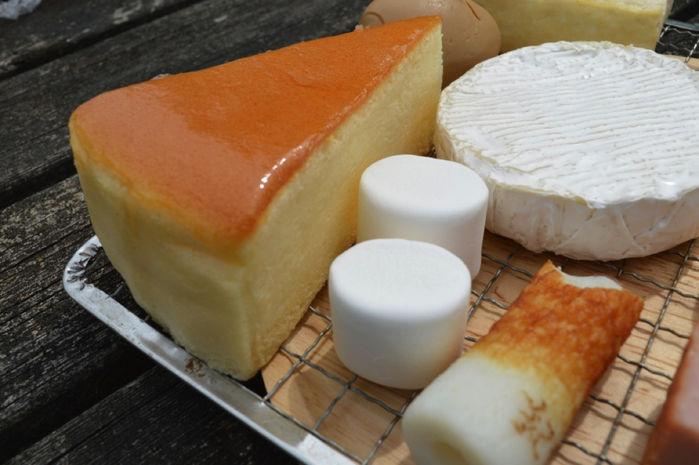 チーズやちくわ以外にも変わり種として用意されて並ぶチーズケーキやマシュマロ