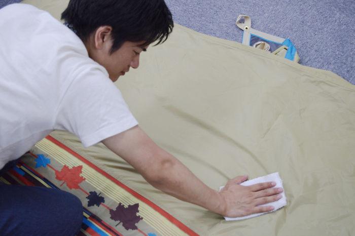 テントを拭く男性