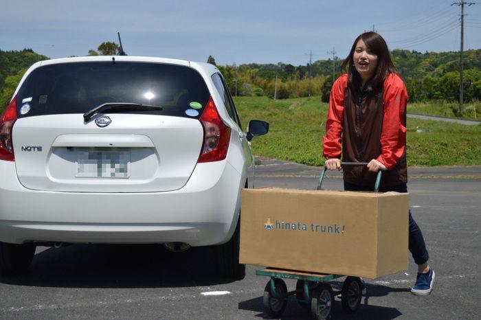 hinata trunk!のボックスを運ぶ女性