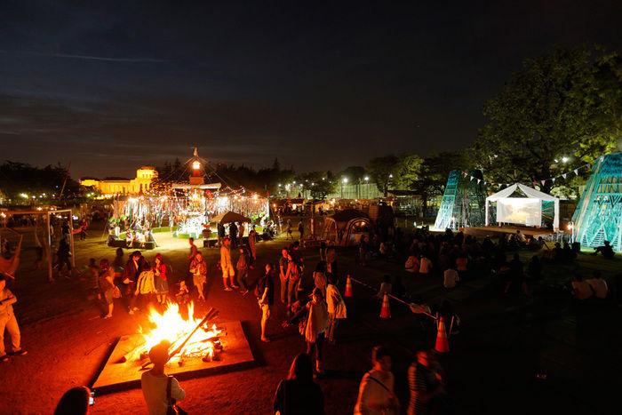 コールマンアウトドアリゾートパーク2016でたき火を囲む人々