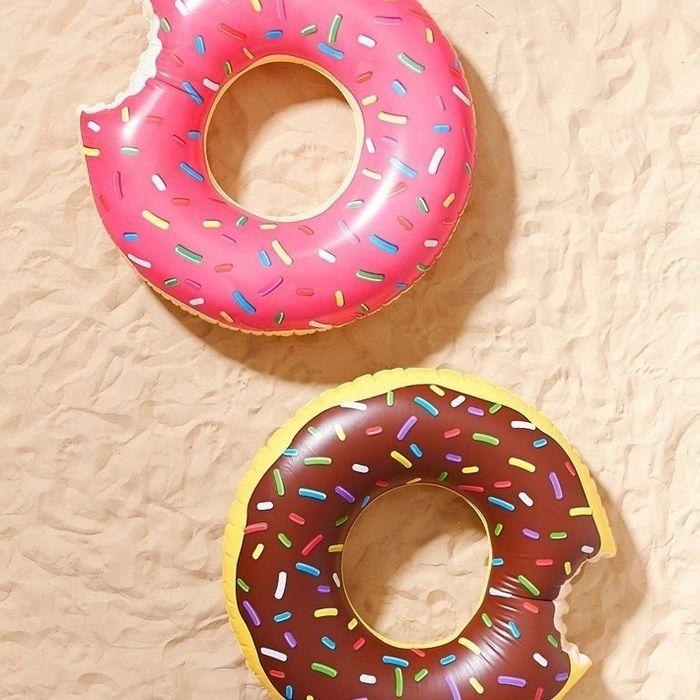 ドーナツの柄がプリントされた浮き輪