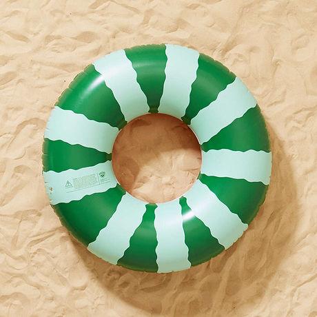 すいかの縞模様がプリントされた浮き輪