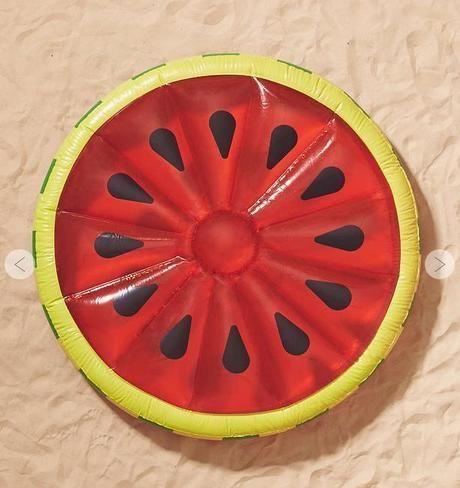 スイカ型の浮き輪
