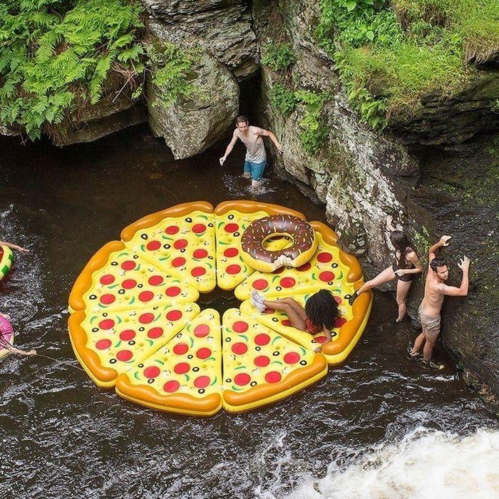 ピザの形をした浮き輪を並べて遊んでいる様子