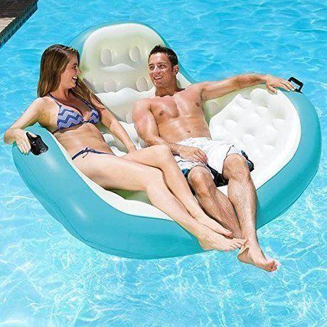 2人用の浮き輪でくつろぐカップル