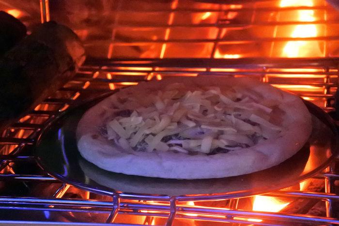 お好みピザをかまどで焼く様子