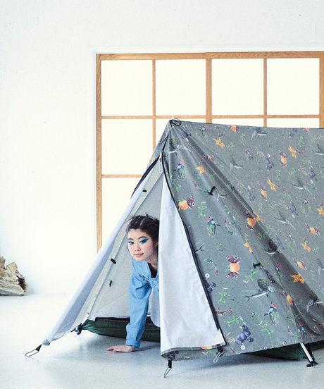 ANIMALPLANTS EXPLORER TENTのテントとモデルの女性