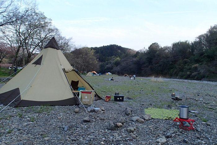 巾着田の川原に張られたテント