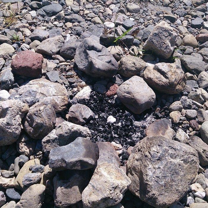 石でかまどを組んで炭を熾した跡