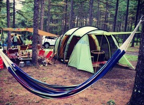 トンネル型テントでのキャンプの様子