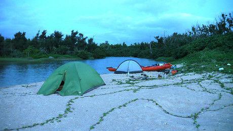 ドーム型テントでのキャンプの様子