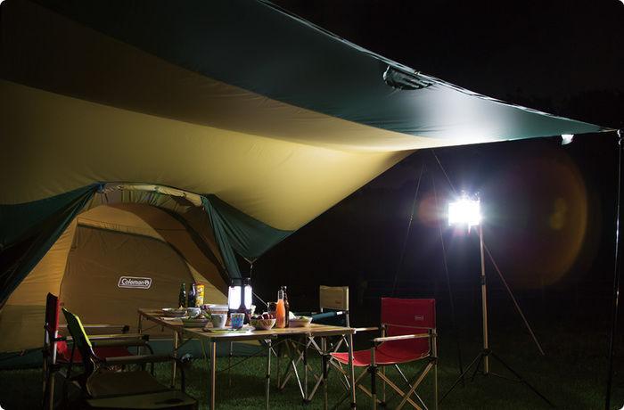 夜のテントサイトで光るLEDランタン