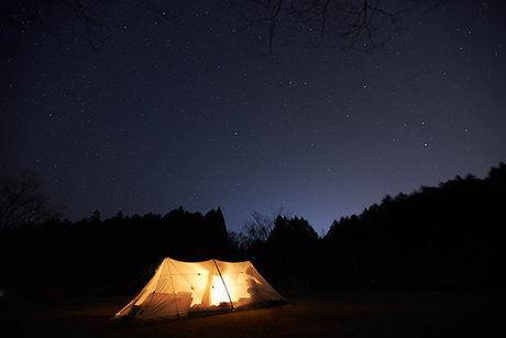ランタンを使った夜のMEGA PANDAの外観