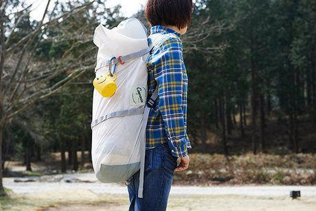 MEGA PANDAを背負って運ぶ女性