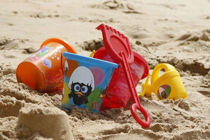 海岸に置かれた遊び道具