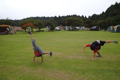 キャンプ場で遊ぶ子供たち