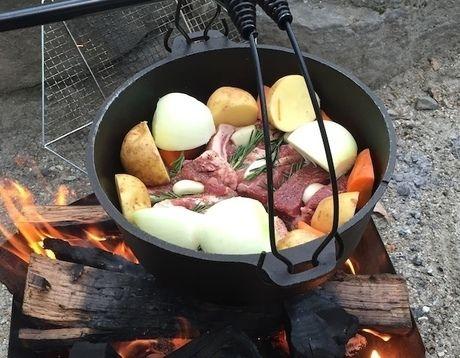 ダッチオーブンに入れた食材をを火にかける様子