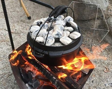 ダッチオーブンの蓋の上に炭を置いた様子