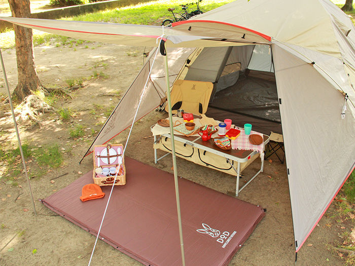 テントの前の日陰のスペース