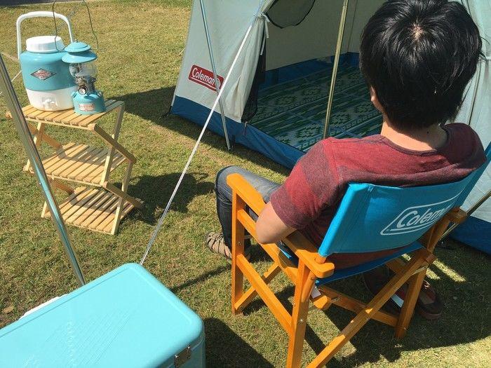 ヴィンテージシリーズの椅子に座る人とキャンプグッズ