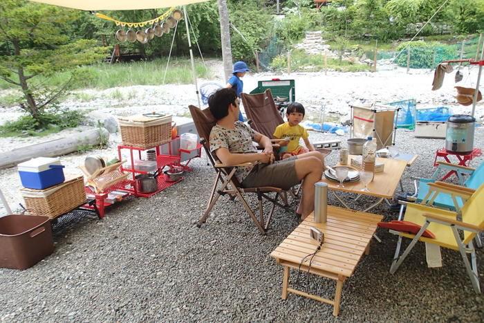 長又キャンプ場の河畔サイトでキャンプを楽しむ親子