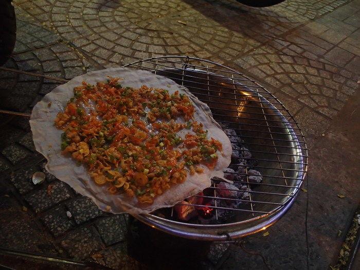 炭火でピザが焼かれる様子