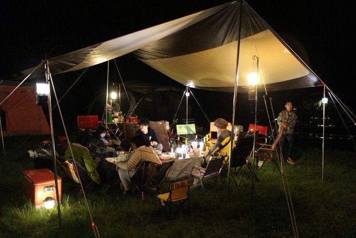 キャンプを楽しむ人々の夜の景色