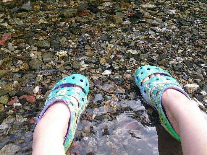足を川に浸す様子