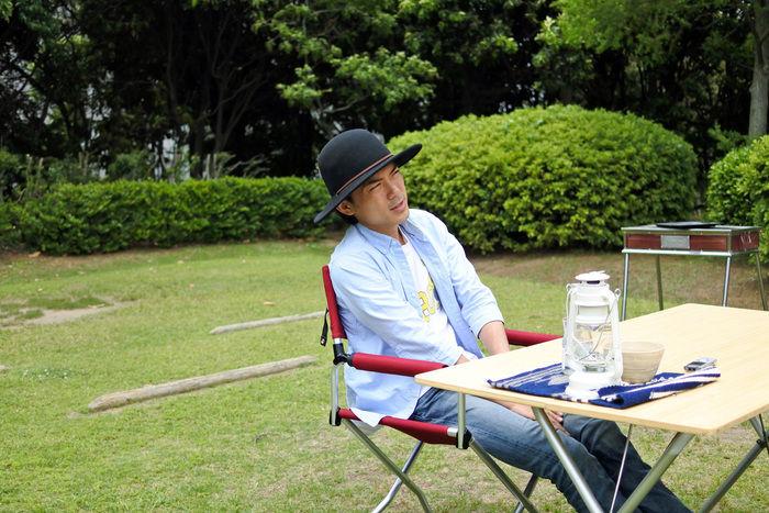 椅子に座るたけだバーベキューさん