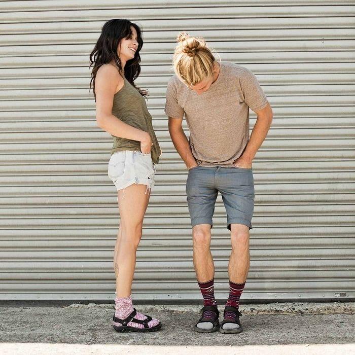 スポーツサンダルを履いている男女