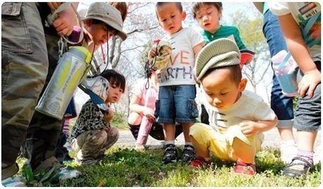 興味津々に地面を覗き込む子供達