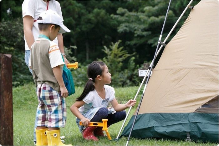 テントのペグを打つ女の子