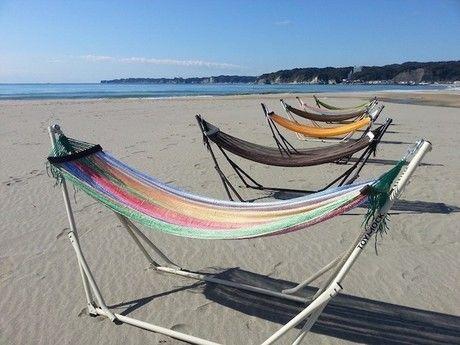 砂浜に設置されたスタンドハンモック