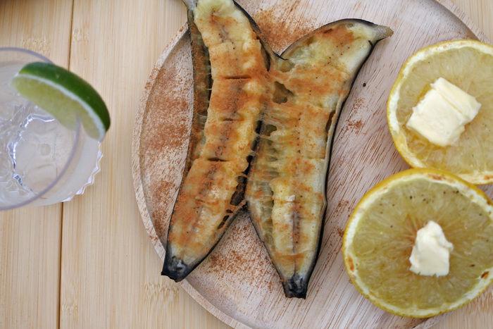 お皿の上に乗った焼きバナナ