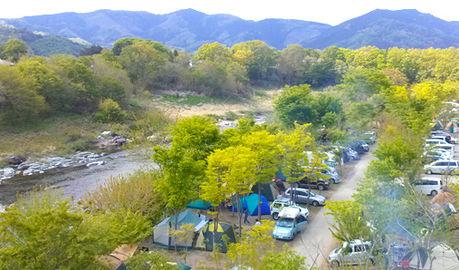 長瀞オートキャンプ場、川沿いのオートキャンプサイト