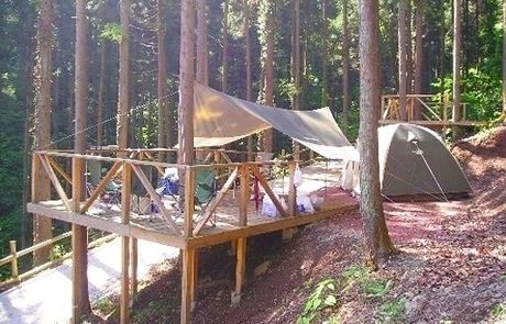 満願ビレッジキャンプ場 林間のキャンプサイトのウッドデッキの様子