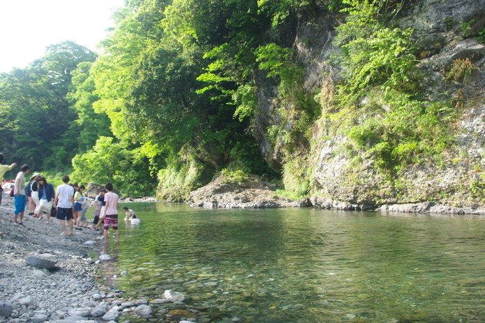 氷川キャンプ場の川で遊ぶ人々