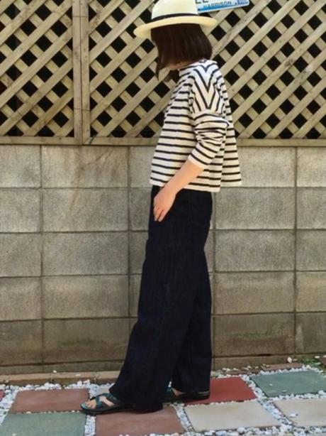 KEENのスポサンを履き、ワイドパンツのコーデをする女性