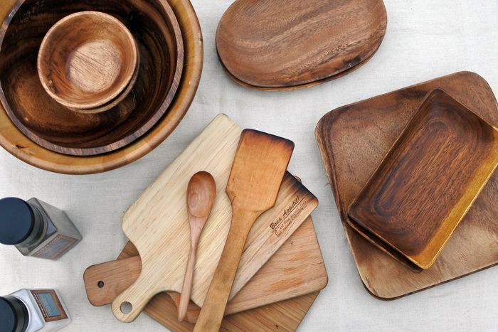 テーブルの上に置かれた木製の食器