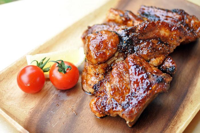 木製の食器の上に置かれた肉