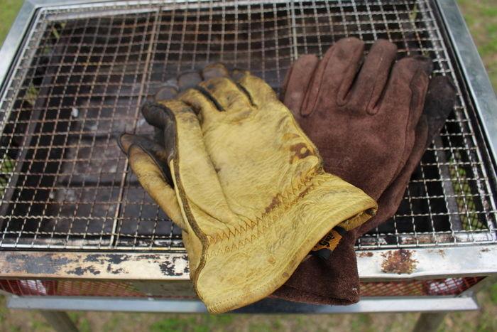 網の上に置かれた革手袋