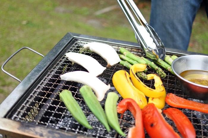 網の上にのっている色とりどりな野菜ときのこ