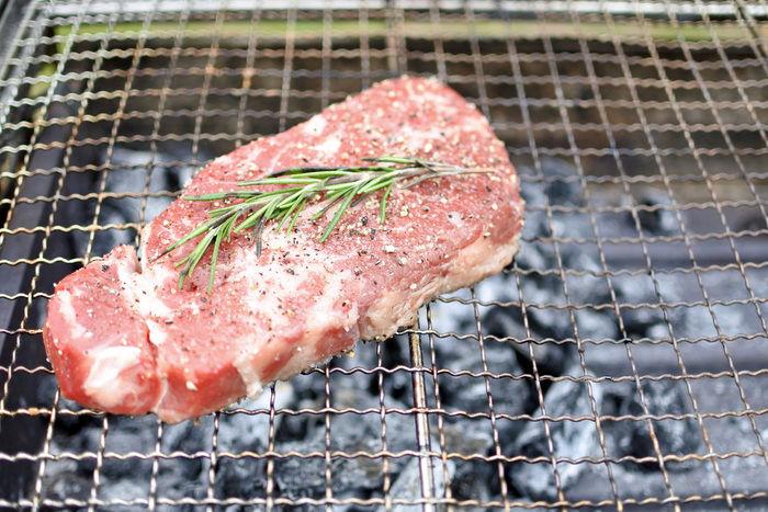 強火ゾーンに置かれた焼きあがる前のお肉